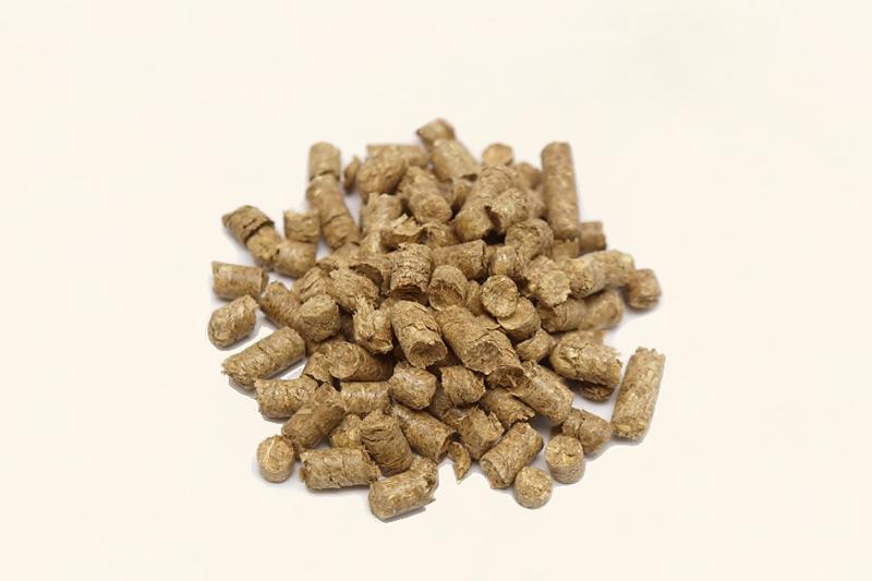 Strohcobs und Strohpellets als Einstreu, ideal zur Mast von Schweinen und Ferkeln
